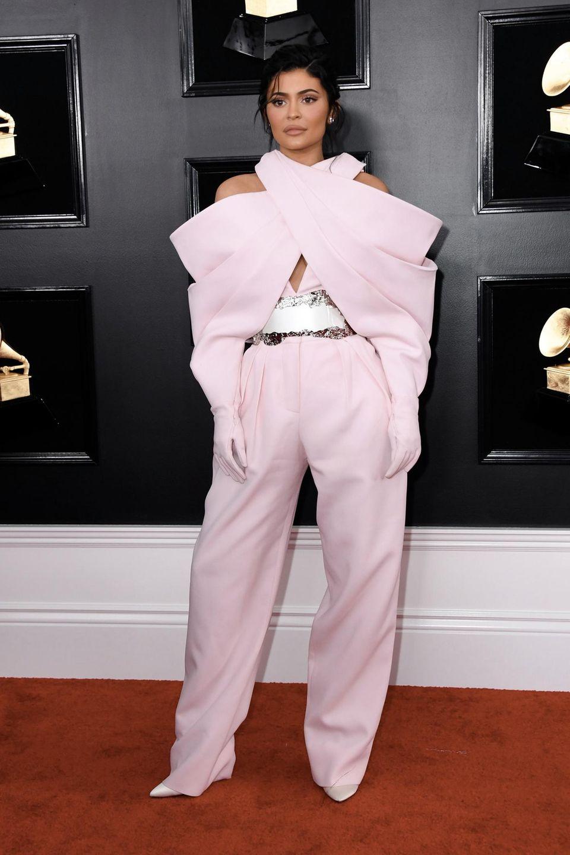 Kylie Jenner in einem ausgefallenen Jumpsuit von Balmain Couture.