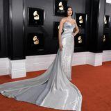 Dua Lipa legt in ihrer silbernen Robe einen Glamour-Aufritt im Stil des klassischenHollywood hin.