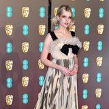 Einen mutigen Style mit passendem Make-up präsentiert die britische Schauspielerin Lucy Boynton bei den Baftas.