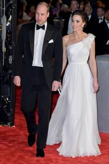 In einer fließenden, weißen One-Shoulder-Robe von Alexander McQueen verzaubert Herzogin Catherine bei der Verleihung der BAFTAs in London. Ein sentimentales Detail ihres Looks zieht jedoch alle Blicke auf sich.