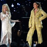 Elegant wird es wieder beim dritten und letzten Look des Abends. Ihr Anzug aus hellgrüner Spitze ist definitiv ein krasserHingucker. Einen BH braucht Miley hier nicht.