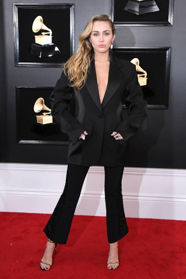 Bei den Grammys im Februar 2019 erscheint Miley Cyrus in einem edlen Anzug von Mugler, zu dem ein weites Sakko nicht aber ein BH gehört. Auf diesen scheint sie den ganzen Abend über zu verzichten. Denn auch bei ihren nächsten zwei Looks fehlt obenrum die Unterwäsche.