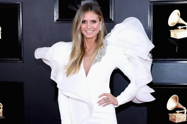 In unschuldigem Weiß zeigt sich Heidi Klum bei den Grammys 2019. Im Mini-Kleid des Designers Stephane Rolland setzt die 45-Jährige ihre trainierten Beine in Szene, während ihr oben herum jede Menge Volants kleine Engelsflügel zu zaubern scheinen. Ein modisches Detail, das auch geschickt vor ihrem Bauch platziert ist ...