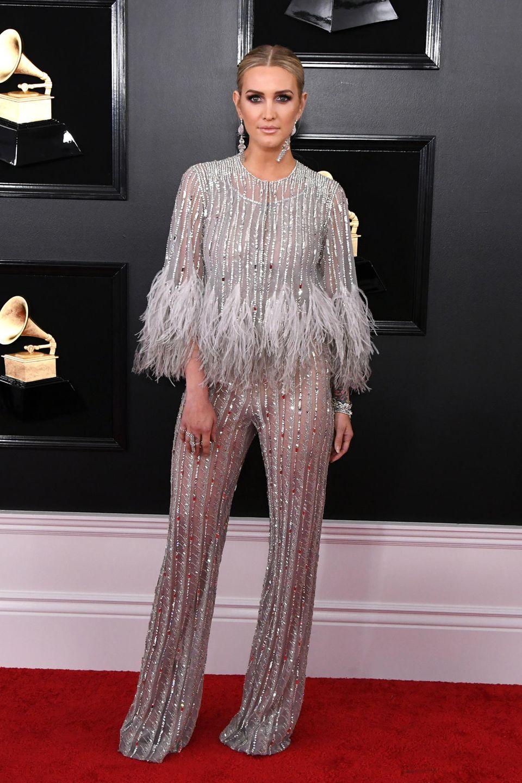 Glamour mal ganz lässig: Ashlee Simpson trägt einen Glitzer-Jumpsuit von Georges Chakra Couture.