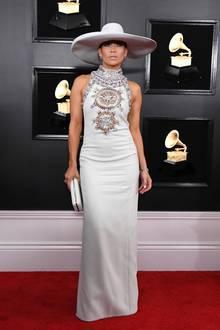 Jennifer Lopez kommt zu den Grammy Awardsin einem glamourösen Cowgirl-Look von Ralph & Russo, das außer einem großen Hut keine auffälligen Accessoires mehr benötigt.