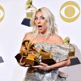 Da fällt die Kinnlade: Lady Gaga hält gleich drei Grammys in die Kameras.