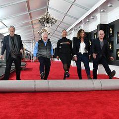 Es kann beginnen:Neil Portnow,Ken Ehrlich, Alicia Keys (Mitte),Chantel Saucedo undJack Sussman rollen den roten Teppich aus.