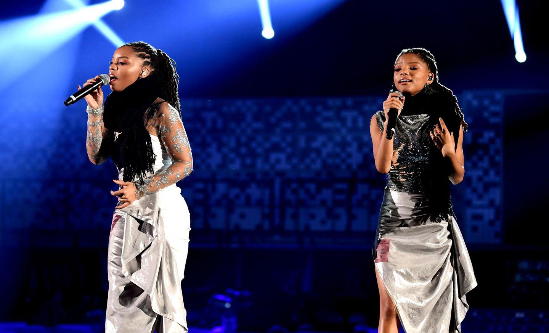 """Die Schwestern Chloe und Halle Bailey (""""Chloe x Halle"""") performen auf der Bühne des Staple Centers."""