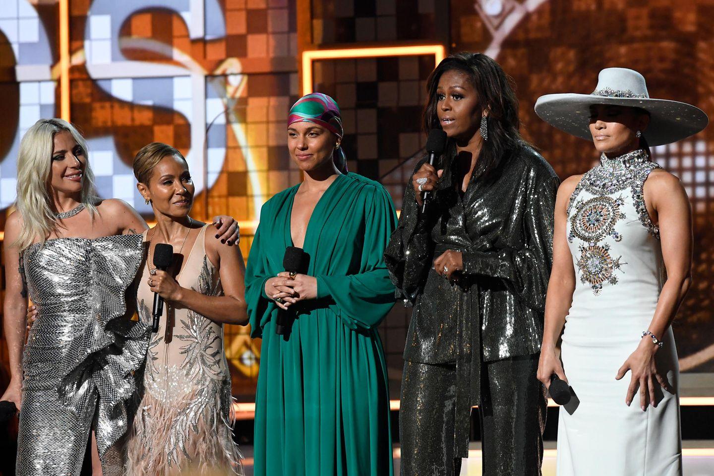 Michelle Obama sorgt als Überraschungsgast für Jubelschreie: Neben den Superstars Lady Gaga, Jada Pinkett Smith, Alicia Keys und Jennifer Lopez hält sie eine emotionale Rede über die Wichtigkeit der Musik in ihrem Leben.