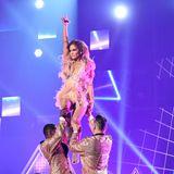 Jennifer Lopez überzeugt mit einer akrobatischen Tanzeinlage.