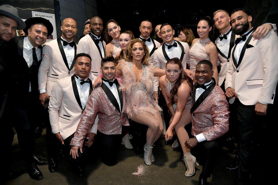 Backstage werden Gruppenfotos gemacht: Jennifer Lopez und ihre Crew.