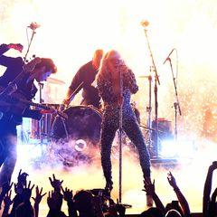Lady Gaga, eine der großen Gewinnerinnen des Abends,rockt die Bühne.