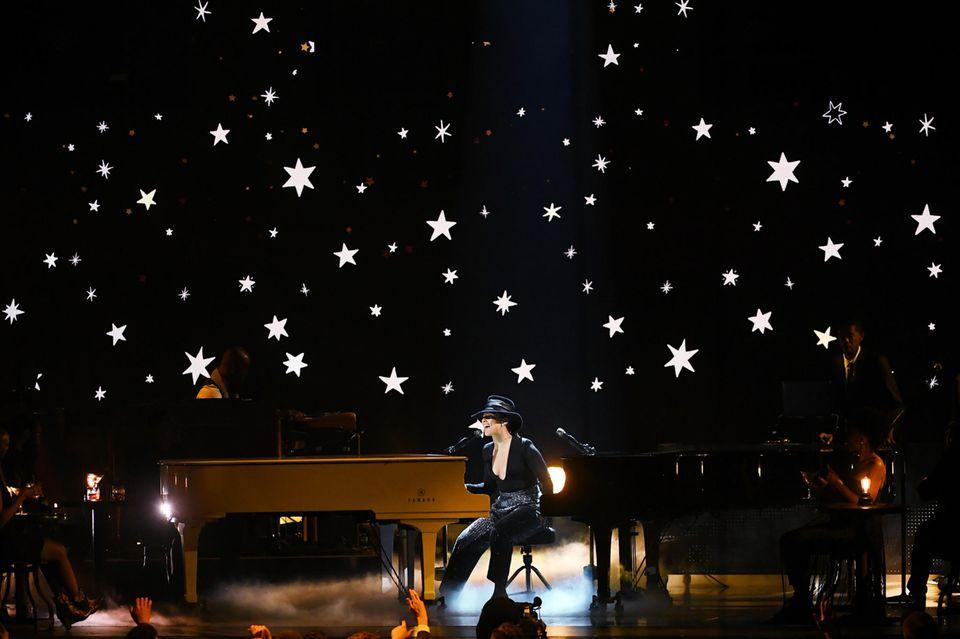 """Alicia Keys moderiert die 61. """"Grammy Awards"""" gekonnt. Eine noch bessere Figur macht sie selbstverständlich singend vor ihrem Klavier."""