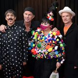 Anthony Kiedis, Chad Smith und Flea von den Red Hot Chili Peppers posieren mit Du Yen, die eines der verrücktesten Outfits des Abends ihr Eigen nennt.