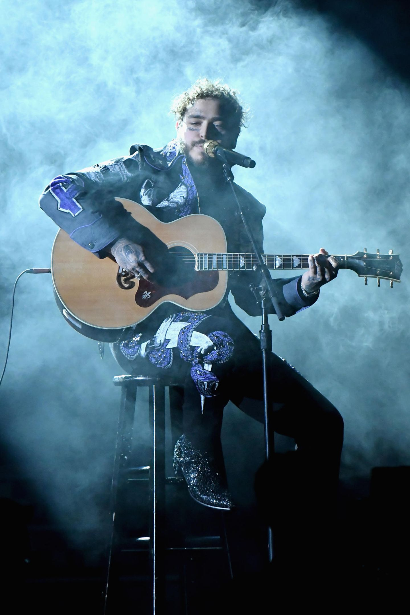 Er mag die Nebelmaschine: Post Malone an der Gitarre.