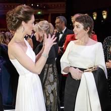 BAFTA-Gewinnerin Olivia Colman scheint ganz fasziniert von dem zu sein, was Herzogin Catherine ihr gerade erzählt. Und wir sind ganz fasziniert von dem eleganten Style der beiden, Kate im weißen Traumkleid von Alexander McQueen und Olivia im schwarz-weißen Abendkleid von Emilia Wickstead.