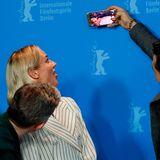 """Selfie-Time bei der Pressekonferenz von """"Die Agentin"""":Martin Freeman,Diane Kruger und der kanadische SchauspielerCas Anvar"""