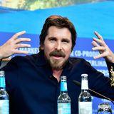 """Ganz große Gesten zeigt Christian Bale bei der Pressekonferenz für seinen Film """"Vice""""."""