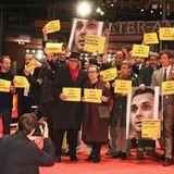"""Deutliche Botschaft: Dieter Kosslick und die Premierengäste von """"Mr. Jones"""" äußern ihren Protest über die Inhaftierung des ukrainischen Filmregisseurs Oleg Sentsov inRussland."""