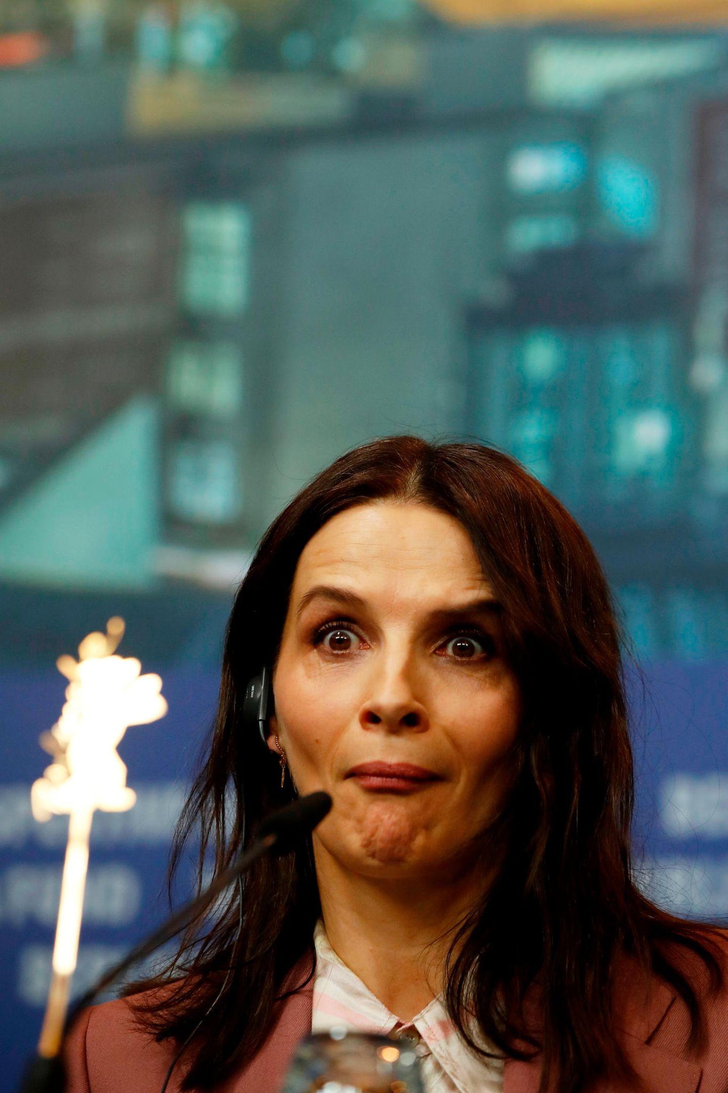 """Welche Frage Juliette Binoche bei der Pressekonferenz für ihren neuen Film """"Who You Think I Am"""" gestellt bekommen hat, wissen wir nicht, aber dass ihre Reaktion darauf urkomisch ist."""