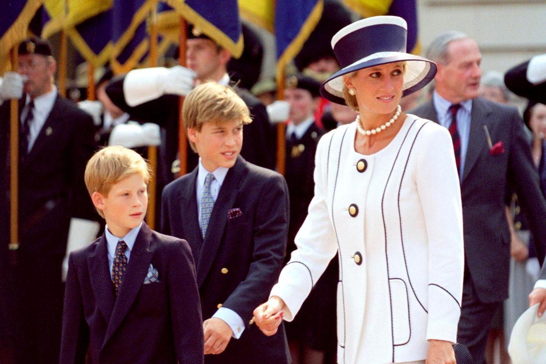 Prinz Harry, Prinz William und Prinzessin Diana am 18. August 1995 in London bei der Gedenkfeier zur Kapitulation Japans im Zweiten Weltkrieg
