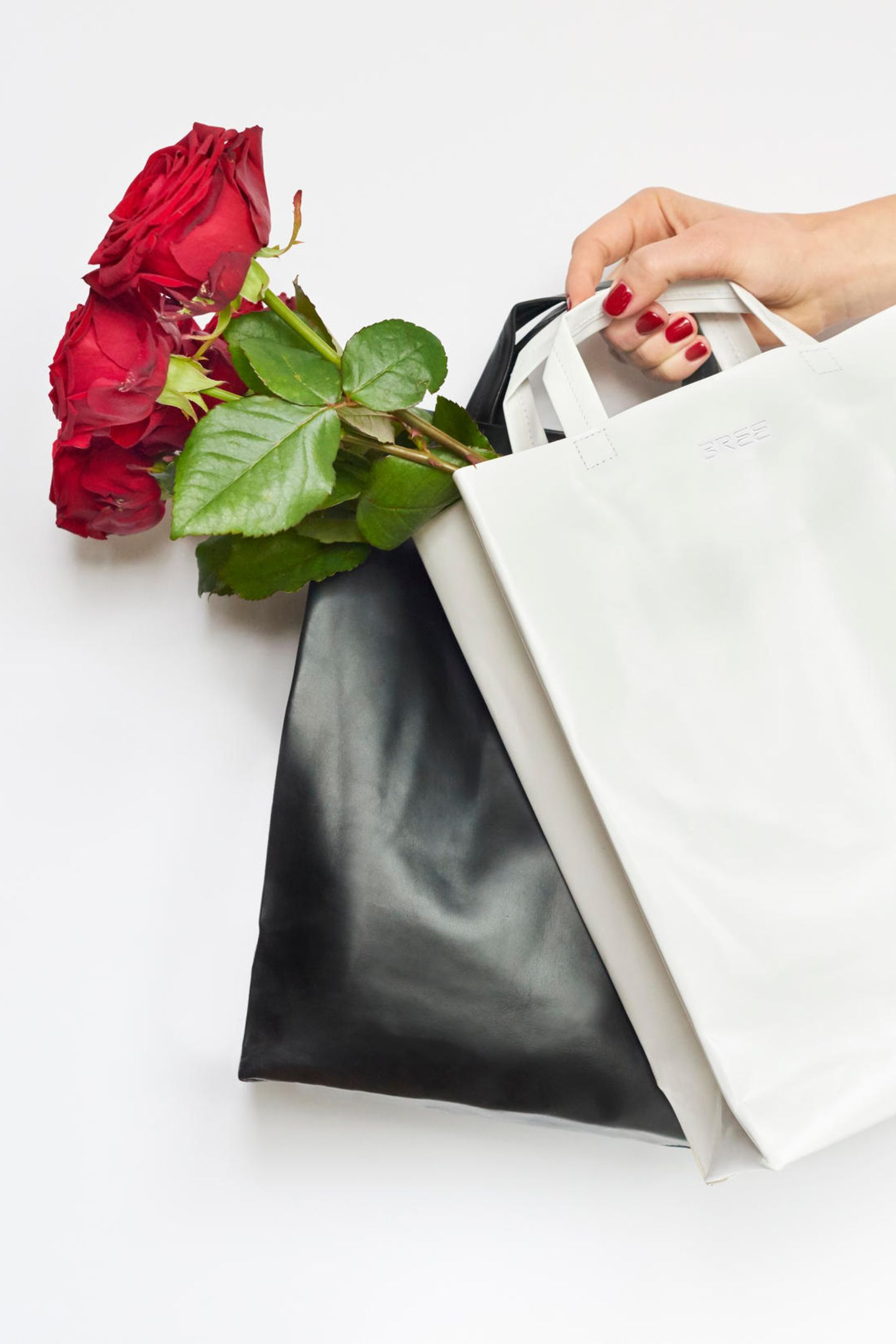Simply Love: Pünktlich zum Valentinstag launchiert Bree eine auf 100 Stück limitierte Sonderedition der Unisex Simple Bag in kontrastierendem Schwarz und Weiß. Die perfekte Tasche für Sie und Ihn. Besonderer Clou: Im Innenleben der Tasche befindet sich eine Goldprägung mit der Aufschrift For Her/For Him. Ca. 159 Euro.
