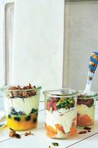 Fruchtige Jogurt-Parfaits mit Knusper-Topping