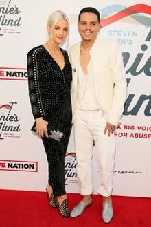 Ashlee Simpson und Evan Ross setzen bei ihrem Pärchenlook auf Kontraste. Während er in einem hellen Outfit erscheint, zieht sie in einem schwarzen Einteiler alle Blick auf sich. Dieser ist nämlich ganz zauberhaft bestickt.