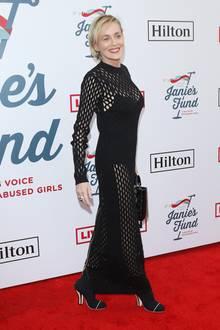 Auf der Feier ist auch Sharon Stone. Die Schauspielerin wählt ein Kleid aus grobem Netzstoff. Darunter trägt sie lediglich einen Body, sodass viel nackte Haut durchschimmert.