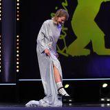 Die norwegische Schauspielerin Ine Marie Wilmann hat beim Betreten der Bühne mit ihrem langen Kleid zu kämpfen.