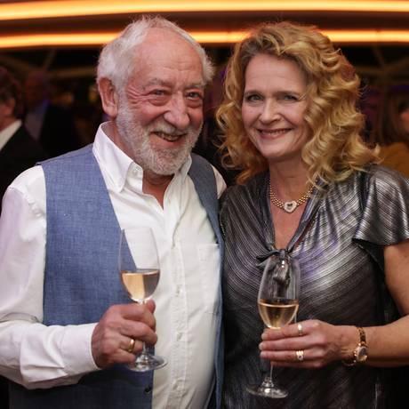 """9. Februar 2019   Starauflauf zur Taufe der """"Mein Schiff 2"""": Dieter Hallervorden mit seiner Christine Zander ..."""