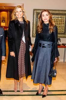 Am nächsten Tag trifft Königin Máxima auf Königin Rania. Dafür hat sie sich ein Kleid ausgesucht, das mit zwei unterschiedlichen Mustern ganz schön raffiniert wirkt. Damit der Look insgesamt nicht zu wild wird, wählt sie dazu einen schlichten Mantel.