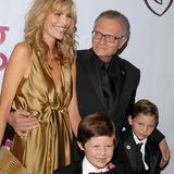 """Larry King  Mit seiner Ehefrau Shawn King (seine mittlerweile achte Ehefrau!) bekommt der ehemalige """"Larry King Live""""-Star im Jahr 2000 sein fünftes Kind. King ist damals 66 Jahre alt."""
