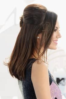 Schauspielerin Victoria Justice mit einer edlen Hochsteckfrisur am Hinterkopf. Die Längen bleiben offen und erhalten durch das Föhnen auf einer Rundbürste Schwung.