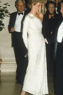 Auch Prinzessin Diana zog bei einem Gala-Dinnerin Washington alle Blicke auf sich. Genau wie Herzogin Catherine 34 Jahre später, trägt sie glitzernde Pumps dazu.