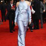 Eis trifftSeide: Juliette Binoche glänzt in einem hellblauen Abendkleid.