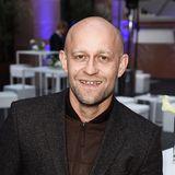 Jürgen Vogel   Mit 50 bekommt Jürgen Vogel erneut Nachwuchs. Zwei erwachsene Töchter hat der Schauspieler bereits (1988 und 1999 geboren), als er im Jahr 2019 mit Ehefrau Madeleine Sommerfeld erneut Vater wird.