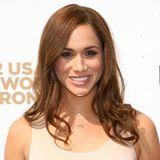 Nur einmal ändert Meghan Markle ihre Haarfarbe komplett. In 2012 entscheidet sie sich für ein helles Goldbraun.