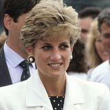 Lady Diana ist Anfang der 90er-Jahre für ihren coolen Kurzhaarschnitt bekannt, der mal etwas dunkler und ein anderes Mal wieder heller wirkt. Hier scheint er in den Spitzen strahlender.