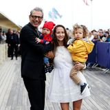 """Jeff Goldblum   Sein erstes Kind, Sohn Charlie, bekommt der """"Jurassic Park""""-Star 2015 im Alter von 62 Jahren, zwei Jahre später folgt Brüderchen River. Beide Kinder stammen von seiner dritten EhefrauEmilie Livingston."""