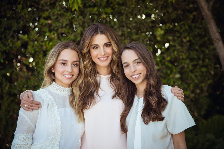 Königin Rania von Jordanienhält ihre hübschen Töchter im Arm. Im Gegensatz zu ihrer Schwester Iman (l.) istSalma (r.) noch Single.