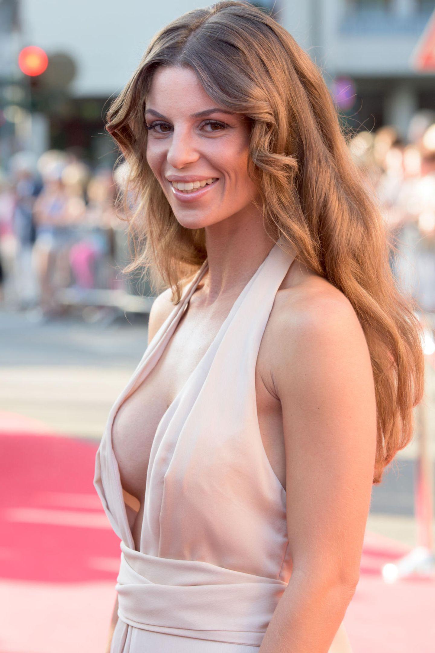"""Alissa Harouat war die schöne Gewinnerin an der Seite von """"Bachelor"""" Jan Kralitschka. Schon kurz nach Drehschluss beendete der jedoch die Beziehung. Zum Glück geht es kurze Zeit später wieder bergauf..."""