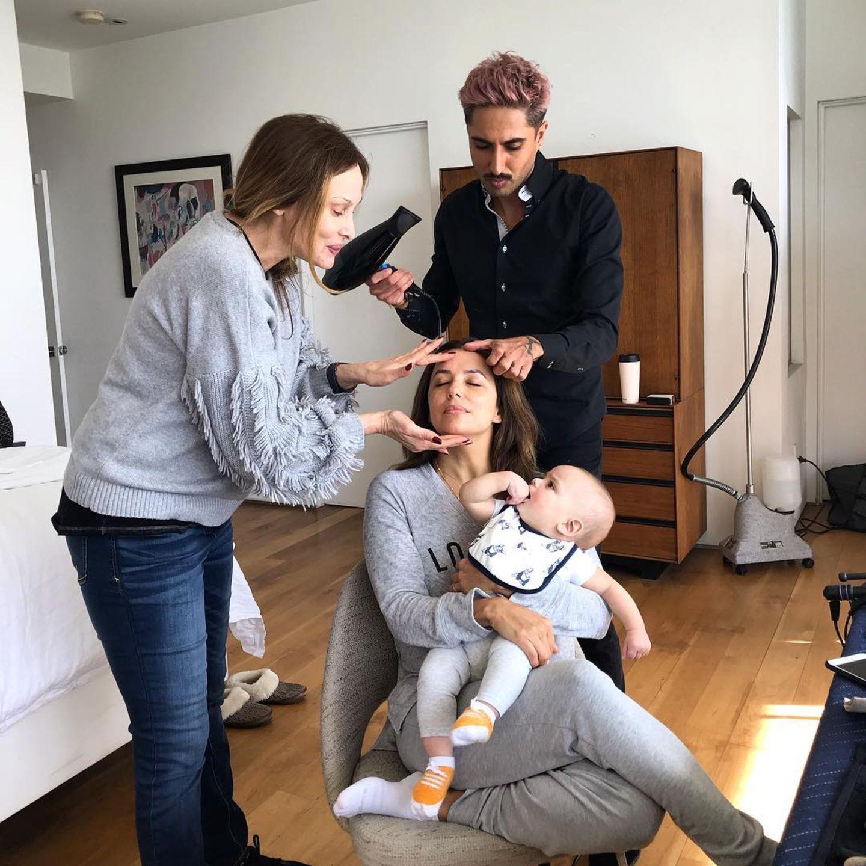 """""""Santi fragt sich jedes Mal, was sie da mit Mami anstellen"""", postet Schauspielerin Eva Longoria scherzend zu ihrem lustigen Foto mit Söhnchen Santiago und den fleißigen Assistenten."""