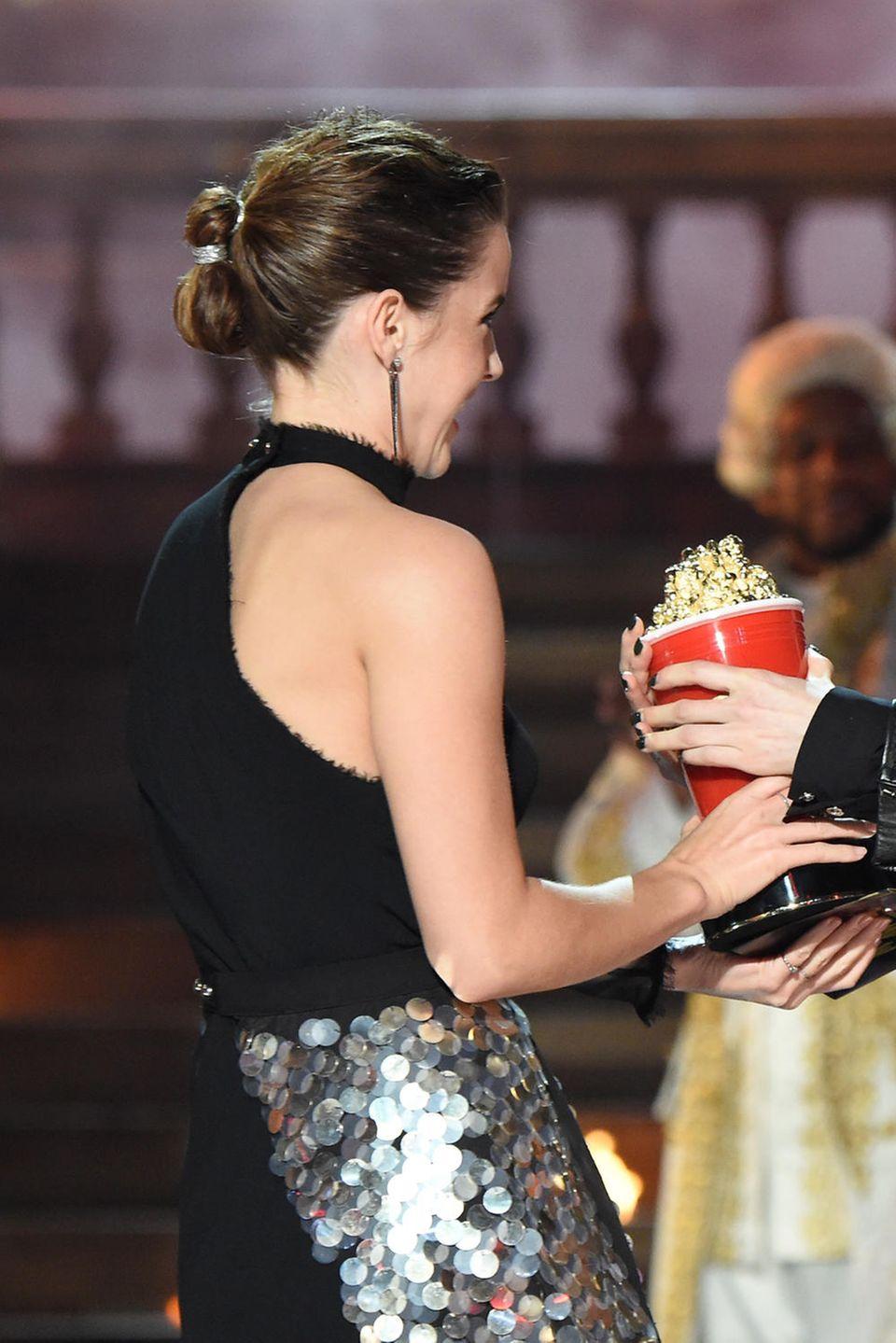 Emma Watson macht es vor: Mit einem Zopfgummi lassen sich in einem Pferdeschwanz tolle Akzente setzen.