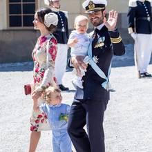 Prinz Carl Philip mit Ehefrau Sofia und ihrenKindern Prinz Alexander (an der Hand seiner Mama) und Prinz Gabriel (auf dem Arm seines Papas)