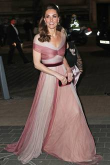 """In einem rosafarbenen Traum aus dem Hause """"Gucci"""" kommt Herzogin Catherine am 13. Februarzu einem Gala-Dinner des Netzwerkes """"100 Women in Finance"""" in London. Der raffinierte Schnitt ihres bodenlangen Kleides ist die perfekte Verbindung zwischen royaler Etikette und Moderne: Zwar sind Kates Schultern zünftig bedeckt, doch die Tricolore-Farbgebung, der Gürtel aus Samt und die darauf abgestimmte Handtasche machen den Märchen-Look zum absoluten Hingucker!"""