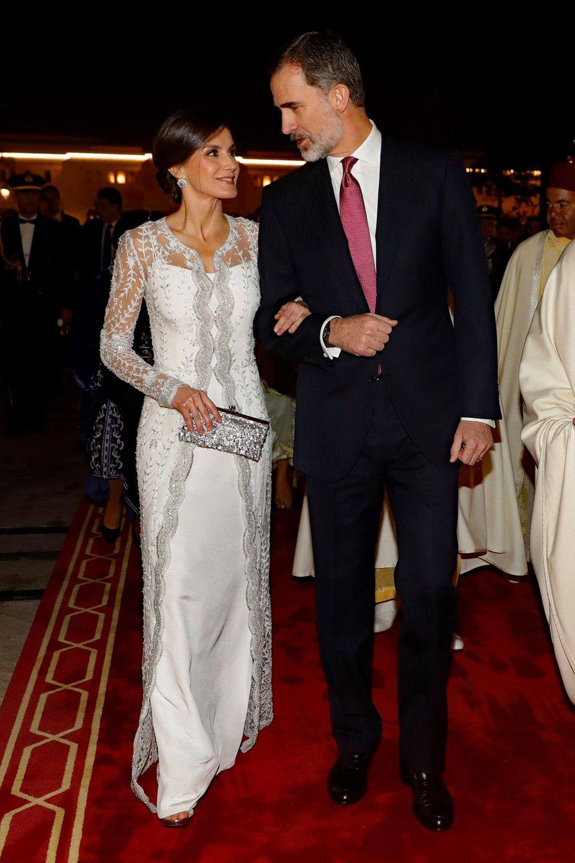 Ganz in Weiß präsentiert sich Königin Letizia von Spanien beim Gala-Dinner im königlichen Palast inRabat. Das bestickte Dress des spanischenDesigners Felipe Varela erinnert an ein Brautkleid und steht der 46-Jährigen einfach super!