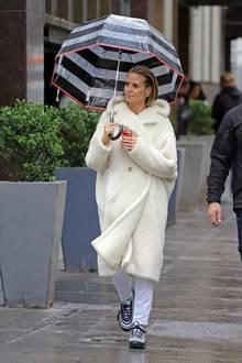 """Am gleichen Tag wird sie in einem kuscheligen, weißen Teddy Coat fotografiert. Was aussieht, wie eine Coca-Cola-Werbung, ist während der Drehpausen der 14. Staffel von """"Germany's next Topmodel"""" entstanden. Haare und Make-up sitzen, der Verlobungsring an ihrer Hand funkelt mit den auffälligen Schmetterlingsohrringen um die Wette."""