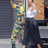 """Heidi Klum zeigt sich zusammen mit ihrem Schwager in spe am Set von """"Germany's next Topmodel"""" in Los Angeles. Während Bill Kaulitz auf einen bunt gemusterten Anzug und Plateau-Boots setzt, entscheidet sich Heidi für ein schlichteres Outfit."""