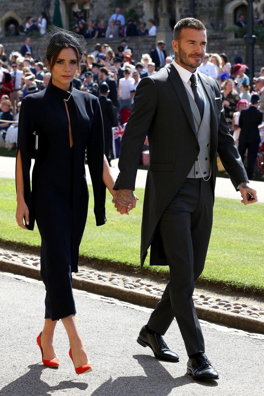 Mai 2018  Einfach königlich! Zur Hochzeit von Herzogin Meghan und Prinz Harry schmeißen sich auch Victoria und David Beckham ordentlich in Schale. Besonderer Hingucker: die roten Pumps der Modedesignerin.